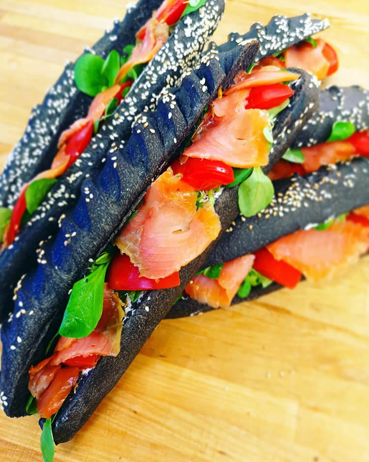 Sandwich pain noir au saumon